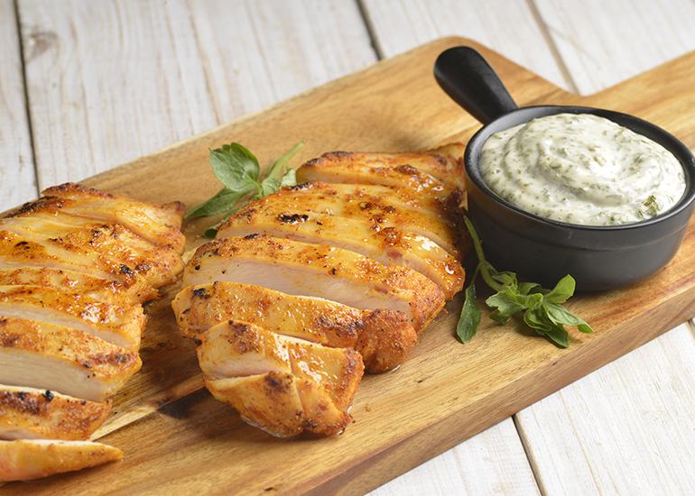 Filé de frango grelhado com páprica e manjericão